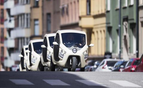 Hej, vi är Bzzt. Imorgon tänkte vi förändra hur stockholmarna reser i city.