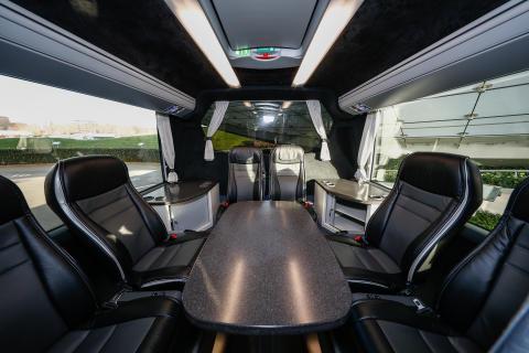Scania Interlink HD 12,40 Meter mit Lounge-Ecke und Konferenztisch