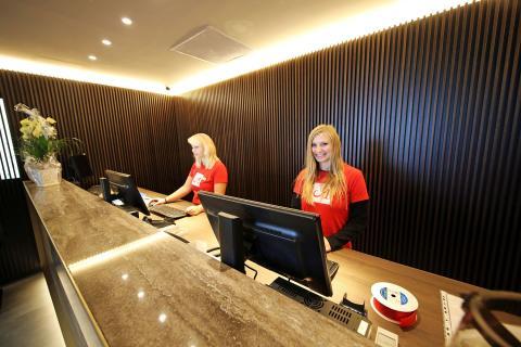 Empfangsbereich des Adina Apartment Hotels
