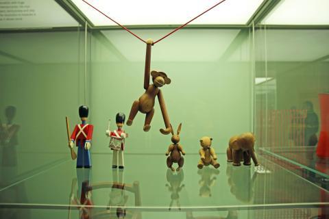 """GRASSI Museum für Angewandte Kunst Leipzig - """"Made in Denmark"""" - Spielzeug - Holzaffe von Kay Bojesen"""