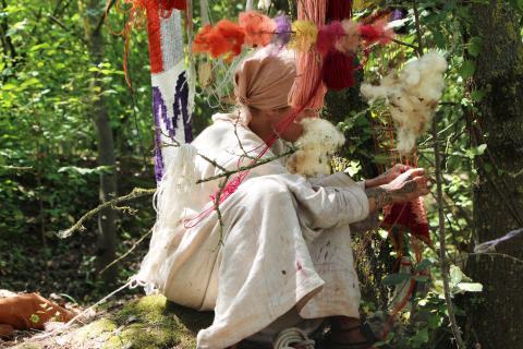 Linnéa Sjöberg, Vikingakvinnan - växtfärgning, 2018. Performance, tio dagar, Santarcangelofestivalen, Italien.