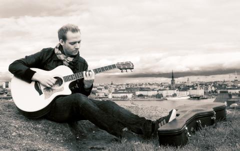 Musikern Johan Häglerud med gitarr