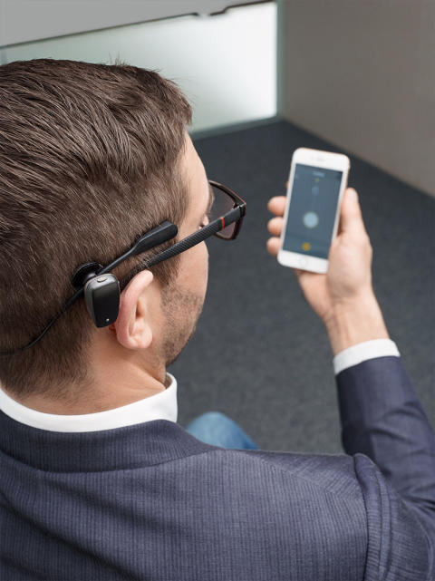 Erwachsener Träger mit Cochlear Baha® SoundArc und Baha 5 Smart App