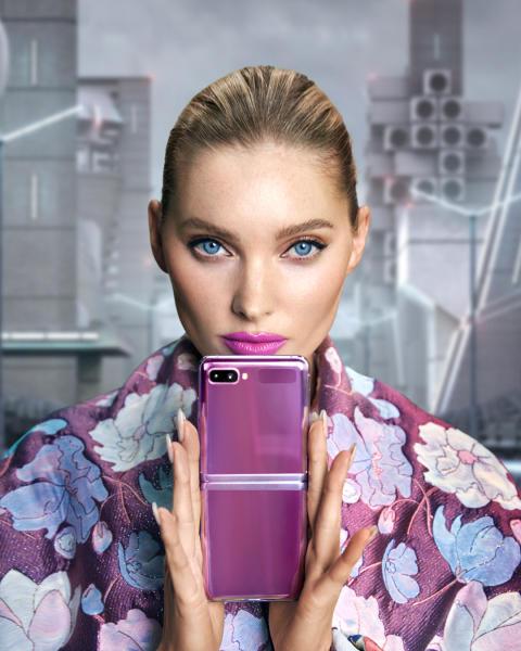 Flip it – Supermodellen Elsa Hosk ambassadör för Samsungs nya vikbara telefon_1