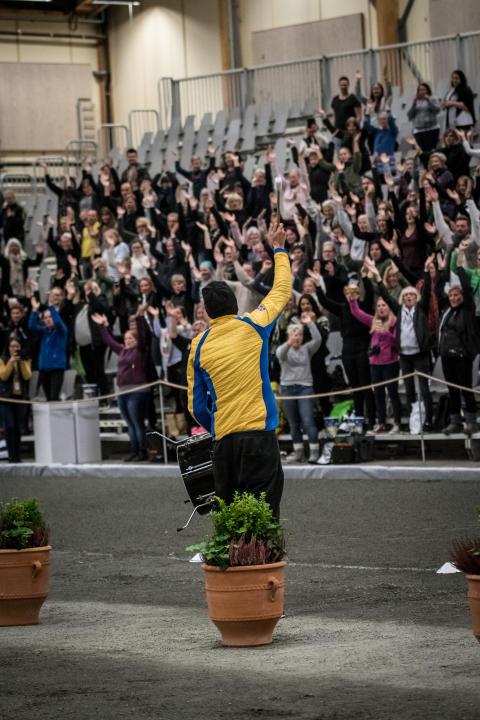 Finnur Bessi Svarvarsson värmer upp publiken inför hingstshowen med Vulkanen.