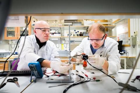 Forskarna Nils-Krister Persson och Edwin Jager i labbet