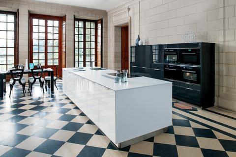 moderne-koekken-glamour-hoejglans-sort-hvid-eksklusive-koekkener-koekkenoe