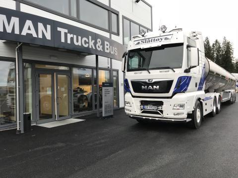 Det nye tankvogntoget til Hans Ivar Slåttøy Transport AS skal gå i innsamling av melk fra kommunene Sømna, Vega, Vevelstad, Alstahaug og Brønnøy på Helgelands-kysten. (Foto: Egil Koen)