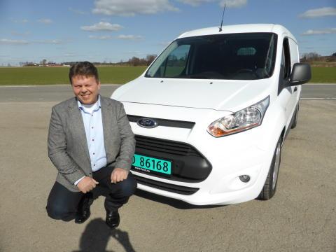 Johnny Løvli ny salgssjef nyttekjøretøy i Ford Motor Norge foran nye Ford Transit Connect