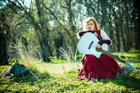 Sångerskan Tina Wilhelmsson välkomnar till #EnJulFörAlla på Kulturhuset Studion, fri entré och gratis julbord kl 11-16
