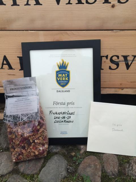 Lyxigt frukostströssel med krispiga rabarber och bär vann Matverk Dalsland