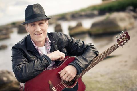 Lasse Sigfridsson från Lasse Stefanz gör TV-debut som soloartist i Bingolotto