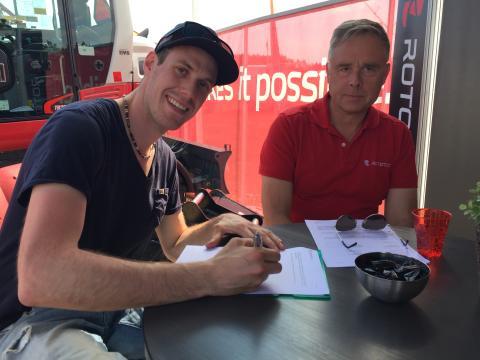 Adam Renheim vid signeringen av sponsringskontraktet tillsammans med Per Väppling, Försäljnins- och Marknadschef Rototilt.