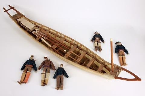 Modell av grönländsk umiak, familjebåt, med fem dockor