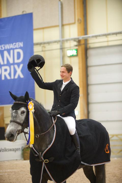 Jüri Sokolovski med hästen Mama Mia tackar publiken efter vinsten.