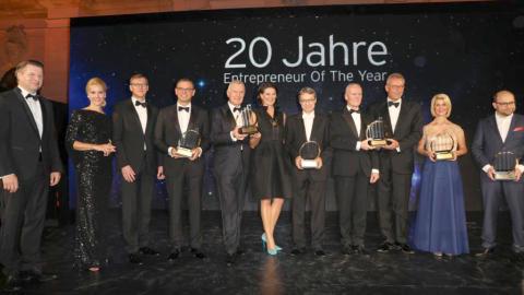 Bernhard Simon nimmt Ehrenpreis für Familienunternehmen entgegen