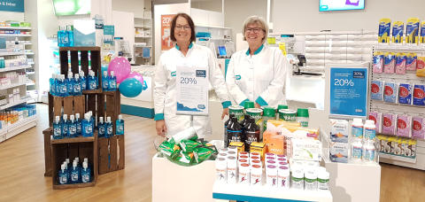På bild från vänster: Liselotte Lind och Monica Lantz är några av de som tar emot på det nya apoteket.