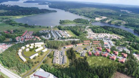 Montage: Flygfoto med illustration av den nya bebyggelsen i Marielundsviken.