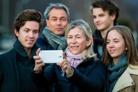 Foreldre snoker på barnas mobiler
