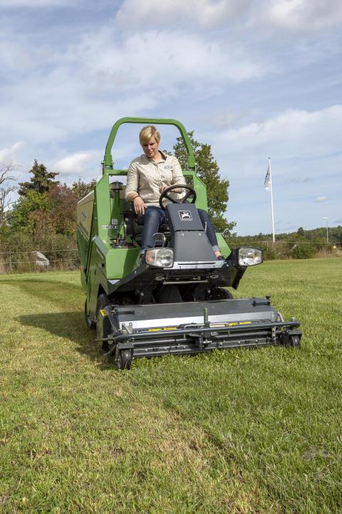 Här har gräsklipparen och uppsamlaren Profihopper från Amazone kommit på plats hos kunden, för demonstration och provkörning.