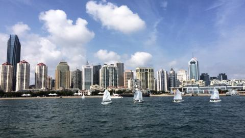 Optisegeln vor der Skyline von Qingdao