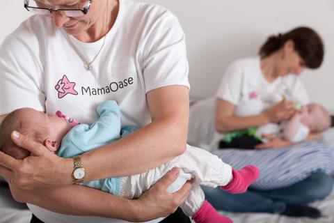 Baby im Arm in der MamaOase