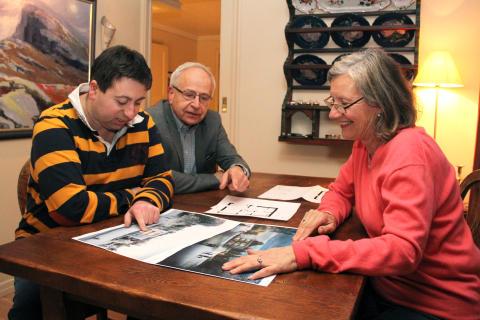 Familien Godager studerer tegningene av de nye boligene.