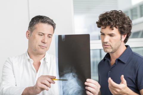 Rückenschmerz Studie: Muskelschwächen bleiben in der Arztpraxis oft unentdeckt