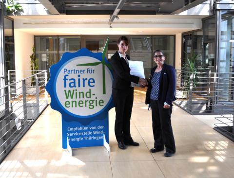 "RES ERHÄLT SIEGEL ""PARTNER FÜR FAIRE WINDENERGIE"": Der starke Projektpartner vor Ort. RES is certified as a partner for Fair Wind Energy."