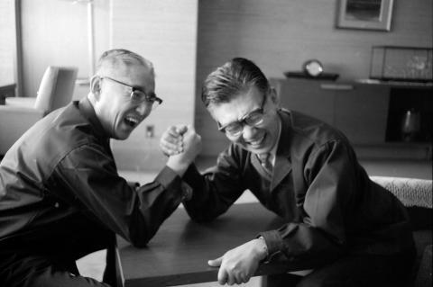 Masaru Ibuka à direita, Akio Morita à esquerda. Esta foto foi tirada em 1961. Não é permitido edição da foto, com exclusão á sua dimensão.