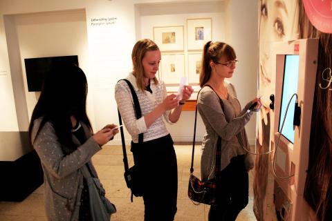 """Japansk purikura-fotomaskine i Nationalmuseets udstilling """"Pigen og Parasollen - Japan i fotostudiet"""""""