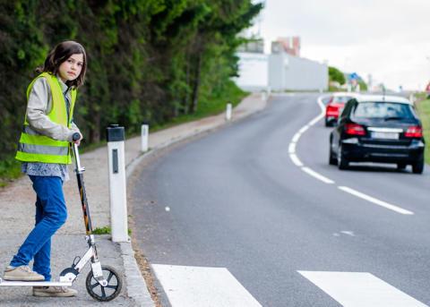 Kouluteille palaavat lapset: Aikuisten puhelimen käyttö liikenteessä ei ole ok