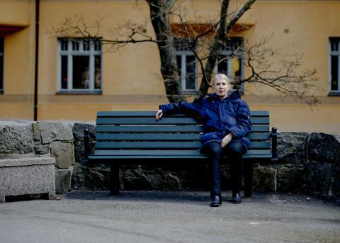 Minneskonst/Art of Memory: Cecilia Edefalk i Tegnérlunden, på bänken där hon först träffade August Strindberg.