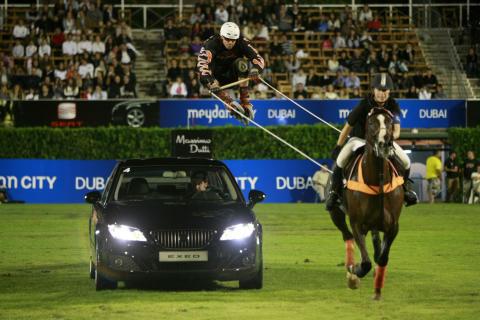 Falsterbo Horse Show: Hoppar över bilar!