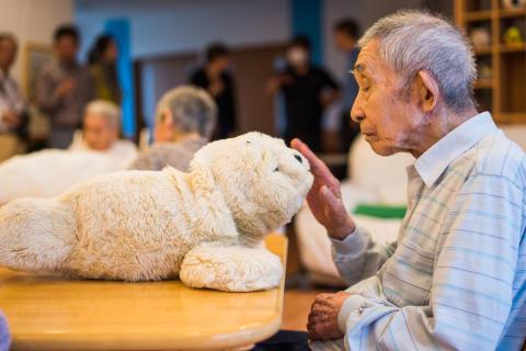 Nu öppnar utställningen Kaigo Robotto – robotar i japansk äldrevård