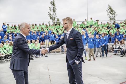 Kunnskapsminister Jan Tore Sanner ønsker at elevene ved WANG Ung skal få oppleve å få både medaljer og klemmer. Til høyre rektor Thomas O. Fjeldstad.