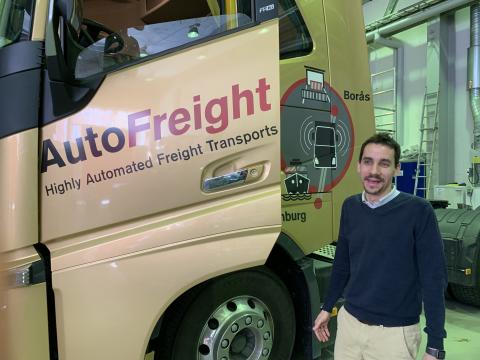 Christian Berger vid lastbilen som ska användas i projektet.