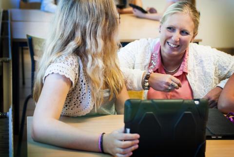 Läraren Veronica Elofsson med elev vid Smedingeskolan