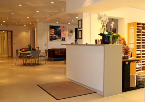 Her ses receptionen og venteværelset på PrivatHospitalet Danmark