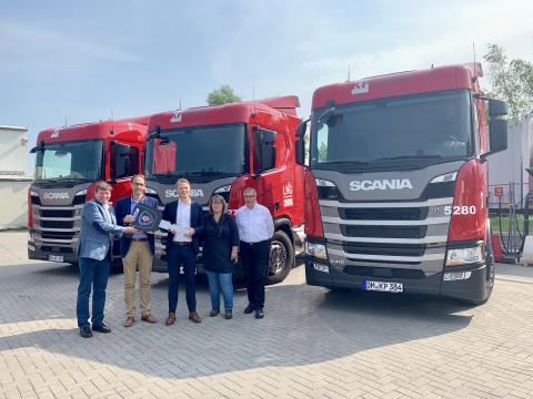 Auslieferung der ersten Scania LNG-Lkw an KP Logistik