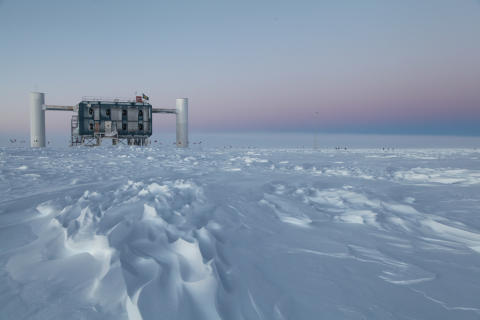 Teleskopet IceCube söker den kosmiska strålningens ursprung
