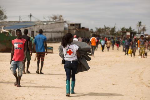 Röda Korset delar ut filtar i Mocambique
