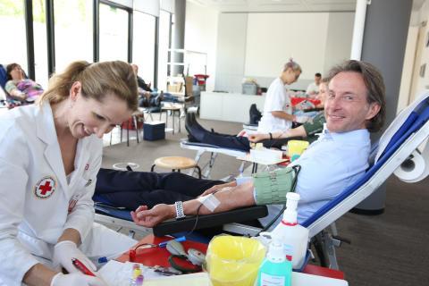 Thomas Hanswillemenke, Vorstand Mobilität,  nimmt auch an der Blutspende teil.