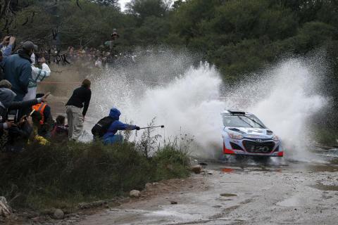 Hyundai med tre biler i Rally Italia