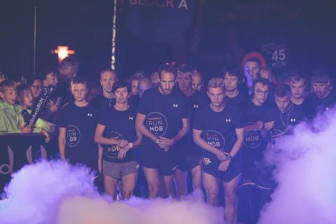 Maximal fokussiert warten die Läufer auf den Startschuss