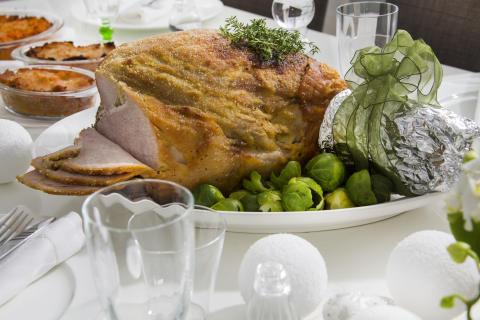Atrialainen joulupöytä on valmiiksi katettu