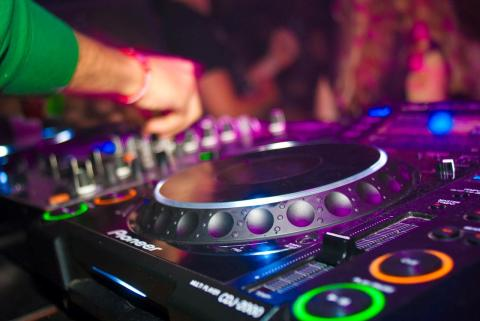 DJ Huset kickstarter folks karriere som DJ