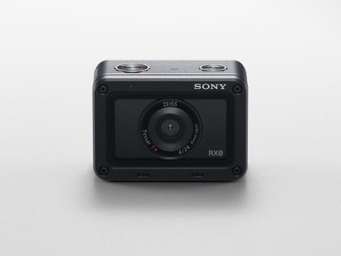 Sony wprowadza superminiaturowy, wytrzymały i wodoodporny model RX0, który pozwoli zabrać jakość obrazu serii RX tam, gdzie nie przetrwa żaden inny aparat
