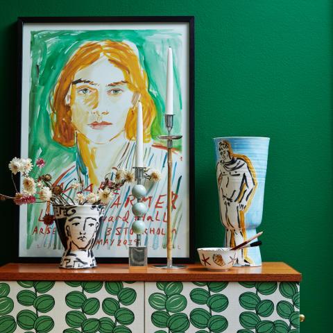 Miljöbild från utställningen i butik med keramikvaser, ljusstakar och plansch