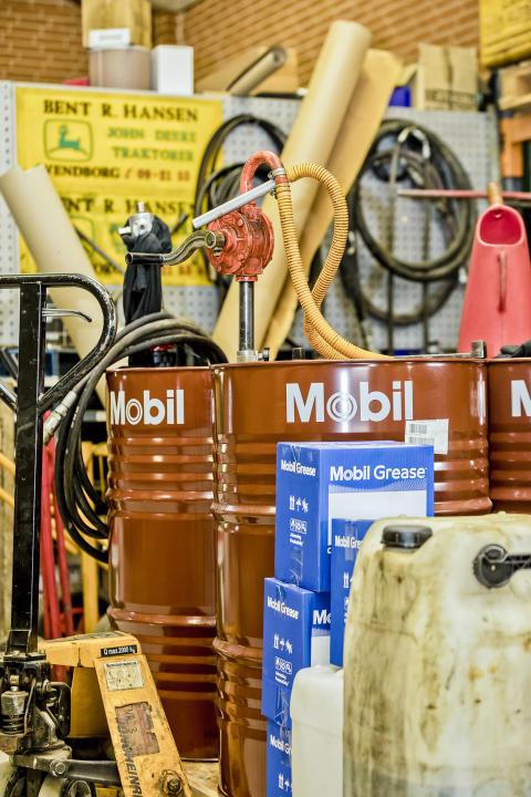 Smøremidlerne fra Mobil køber Robert Hansen hos OK, som er distributør i Danmark